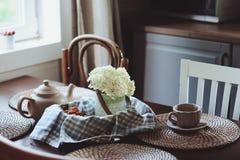 在土气乡间别墅厨房的舒适夏天早晨 免版税库存照片