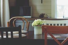 在土气乡间别墅厨房的舒适夏天早晨 免版税库存图片