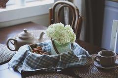 在土气乡间别墅厨房的舒适夏天早晨 免版税图库摄影