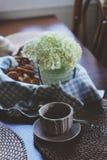 在土气乡间别墅厨房的舒适夏天早晨 库存图片