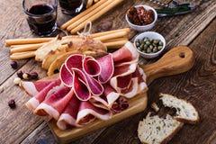 在土气党桌上的熏制的肉开胃小菜盛肉盘 图库摄影