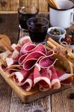 在土气党桌上的熏制的肉开胃小菜盛肉盘 免版税库存照片