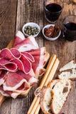 在土气党桌上的熏制的肉开胃小菜盛肉盘 免版税库存图片