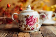 在土气别致的样式的茶 饮料当事人松弛茶妇女 在的杯子的绿茶 免版税库存图片