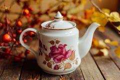 在土气别致的样式的茶 饮料当事人松弛茶妇女 在的杯子的绿茶 免版税图库摄影