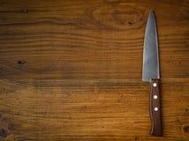 在土气厨房用桌上的刀子与拷贝空间 免版税库存照片