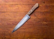 在土气厨房用桌上的刀子与拷贝空间 免版税图库摄影
