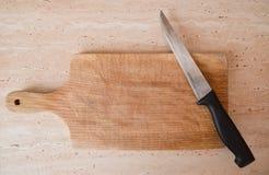在土气厨房用桌的刀子 免版税库存图片