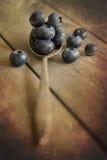 在土气厨房设置的蓝莓有老木背景 图库摄影