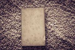 在土气地毯纹理的旧书 库存照片