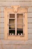 在土气墙壁上的好的葡萄酒窗口 库存照片