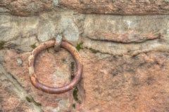 在土气墙壁的老金属圆环 库存图片