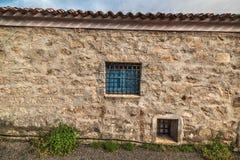 在土气墙壁的蓝色窗口在撒丁岛 免版税图库摄影