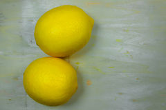 在土气委员会的新鲜柠檬 库存图片