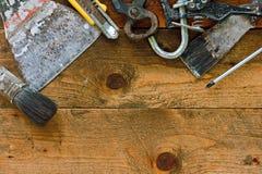 在土气工作台的老diy工具 免版税库存照片