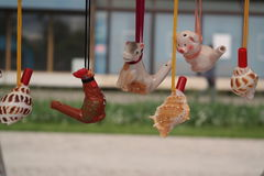 在土气市场的黏土玩具 库存照片