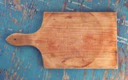 在土气木厨房用桌上的切板,顶视图 库存图片