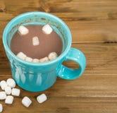 在土气木头的热巧克力愉快的面孔 免版税库存图片