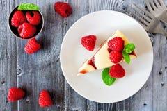 在土气木头的莓乳酪蛋糕顶视图 图库摄影