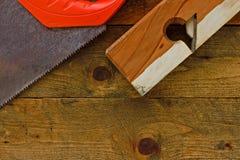 在土气木工作台的老diy工具 库存照片