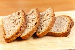在土气木板的新鲜面包切片 库存图片