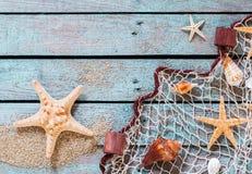 在土气木板的海洋静物画 免版税库存图片