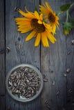 在土气木桌上的向日葵种子 免版税库存图片