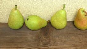 在土气木桌上的新鲜的成熟有机梨 股票录像