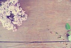在土气木桌上的淡紫色花;葡萄酒概念 图库摄影
