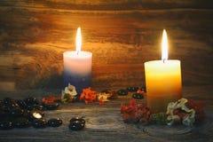 在土气木桌上的蜡烛 库存照片