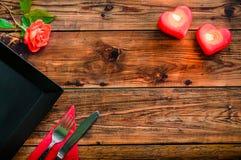 在土气木桌上的餐位餐具 免版税库存照片
