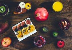 在土气木桌上设置的健康早餐 库存图片