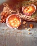 在土气木桌与圣诞节枝杈, almon上的柠檬松饼 库存图片