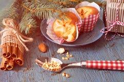 在土气木桌与圣诞节枝杈, almon上的柠檬松饼 免版税图库摄影