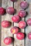 在土气木桌背景的桃子 免版税库存照片