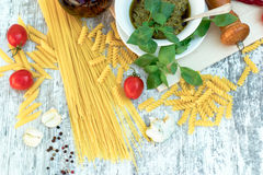 在土气木桌-健康地中海食物上的自创蓬蒿pesto调味汁 免版税库存图片