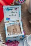 在土气木箱子的圆环有在麻袋布的按钮的 毛毡婚礼花束手工制造在玻璃麻线 设置茶空白 免版税库存照片