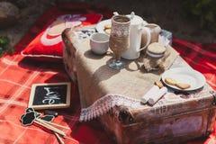 在土气木箱子的圆环有在麻袋布的按钮的 毛毡婚礼花束手工制造在玻璃麻线 设置茶空白 图库摄影