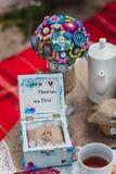在土气木箱子的圆环有在麻袋布的按钮的 毛毡婚礼花束手工制造在玻璃麻线 设置茶空白 免版税库存图片
