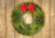 在土气木篱芭的圣诞节花圈 免版税图库摄影