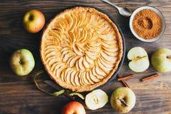 在土气木背景的新近地做的苹果饼馅饼 免版税图库摄影