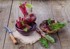 在土气木背景的有机甜菜根 图库摄影