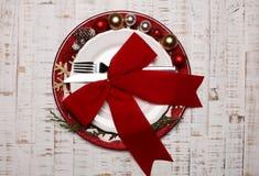 在土气木背景的板材 圣诞节桌设置概念 免版税图库摄影