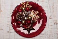 在土气木背景的板材 圣诞节桌设置概念 免版税库存照片
