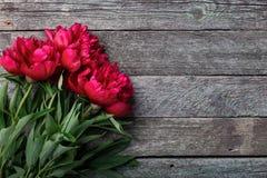 在土气木背景的桃红色牡丹花 文本的,顶视图地方 2007个看板卡招呼的新年好 免版税库存照片