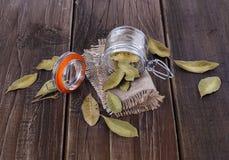 在土气木背景的海湾叶子 免版税库存图片