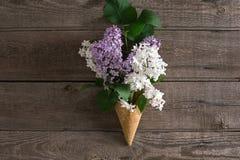 在土气木背景的淡紫色开花与招呼的消息的空的空间 顶视图 库存图片