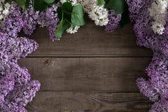 在土气木背景的淡紫色开花与招呼的消息的空的空间 顶视图 库存照片
