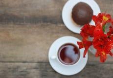 在土气木背景的白色茶杯橙色Alstromeria红色花Astromeria 复制空间 免版税库存照片