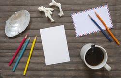 在土气木背景的空白的明信片和咖啡平的位置 垂直的明信片大模型 免版税库存照片